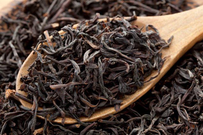 Деревянная ложка и листья чая