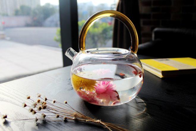 Раскрывшийся цветок в чайнике