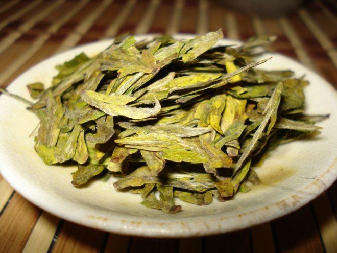 плоские зеленые листья чая