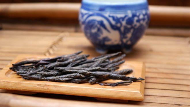 чай и синяя чашка