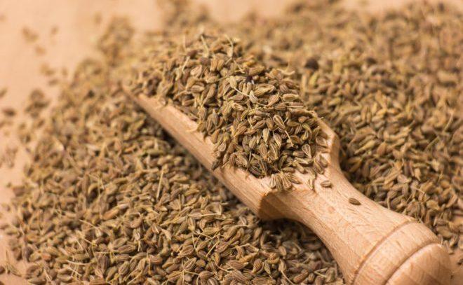 семена и деревянная ложка