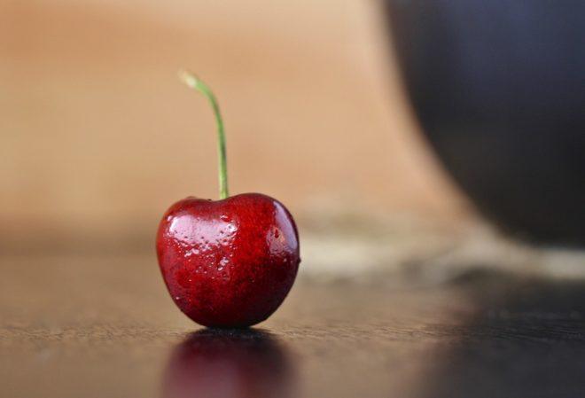 вишня на столе