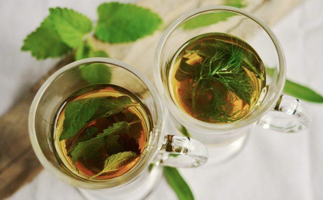 чай в стекляных чашках