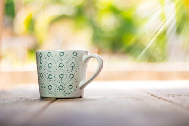 чашка на столе под солнцем