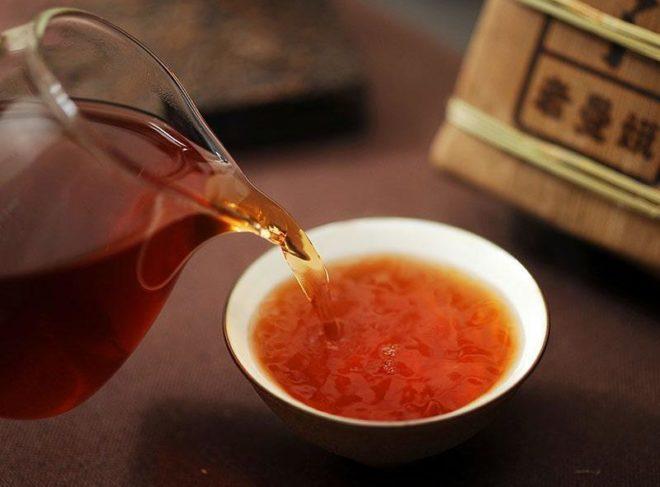 заваренный чай в стекляном чайнике